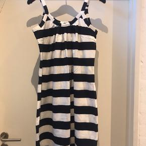 Super lækker Jersey sommerkjole i navy / hvid stribet