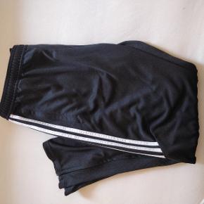 Adidas bukser i str. XL. Aldrig brugt. Kan hentes på Frederiksberg eller sendes.