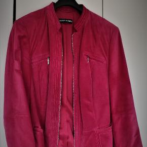 Pink ruskindsjakke fra Gerry Weber, længde 67 cm. Jakken er brugt få gange og er foret.