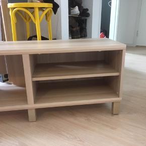 Fedt tv møbel fra IKEA sælges billigt og hurtigt, skal gerne ud denne uge!  Afhentes i Haderslev   Købt for under 2 år siden   Tv møbel / konsolbord / tv-bord