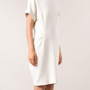 Rigtig fin kjole fra By Malene Birger, str. 38 i cremefarvet/beigefsrvet.  Nypris kr. 3200,00.    A sophisticated By Malene Birger shift dress with a hint of vintage style. Angular hip pockets add a subtle, sculptural element, and a hidden zip creates a short back slit at the hem. Short dolman sleeves and rolled cuffs. Hidden back zip. Lined.  Fabric: Slinky, textured mid-weight crepe. 61% polyester/33% viscose/6% elastane. Dry clean. Imported, China.  Measurements Length: 38in / 96.5cm, from shoulder Measurements from size 38