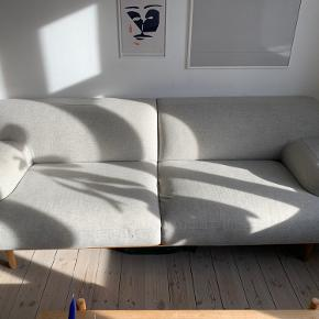 Denne flotte sofa fra Bolia sælges.  Ny pris i butik: 20.000,-   Mål Længde: 231 cm Dybde: 94 cm Højde: 79 cm Siddehøjde: 46 cm Siddedybde: 62 cm  Model: Madison 3. Pers Tilvalg på sofaen er at den er lavet i uld og har fået lyse egetræsben på.  (Der er to bittesmå pletter på fronten, som blot skal rengøres)  Sofaen står på Jagtvej i København, og skal tages ned fra 3. sal via trappeopgang.  (Man skal selv kunne tage hjælpere med til at få den båret ned da vi desværre ikke kan assistere her!)  Skriv hvis det er en sofa for dig eller hvis der er spørgsmål, og så der vi om vi kan lave en handel.