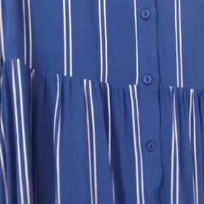 Smukkeste blå og hvidstribede Viola Long Dress fra Designers Remix. Perfekt stand.