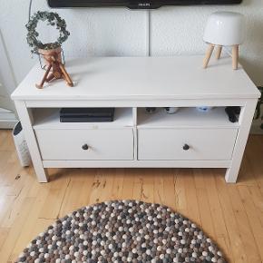 Ikea Tv bord  6 år gammelt, i fin stand med almindelig slid mærker.   Kan afhentes i bytte for 1,5 L Cola. Aalborg