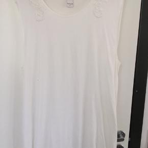Hvid top eller kjole med bred åbning ved ærmerne. Aldrig brugt. Uden stretch. Passer nok bedst en 40-42.   40,- + fragt. Sender gerne med Dao.  Bytter ikke.