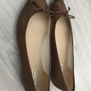 Brand: Massimo dutti Varetype: Ballerina Farve: Brun  Smuk ballerina i brunt skind Aldrig brugt
