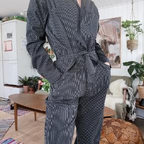 Flotteste buksedragt fra boii studio i en str small. Sidder så flot og stoffet er strækbart. Aldrig brugt