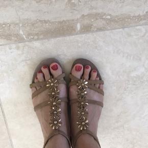 Smukke sandaler med blomster. Brugt få gange. Flot stand. Er str 37, men store i str, så svarer til str 38.  Se mine andre annoncer!