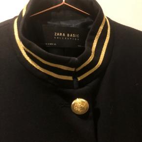 Blazer med guldknapper, virkelig smuk jakke i et lækkert tungt materiale. Skåret ved taljen.