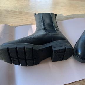 Apair - Biker Elastic - semi chunky sål. Købt i september 2020 - Er kun brugt få gange.