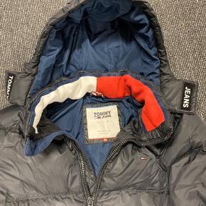 Sælger min Tommy Hilfiger jakke. Det er str. XXL. Men den passer en XL. Købte den sidste år.. og har max brugt den 10 gange. ;)