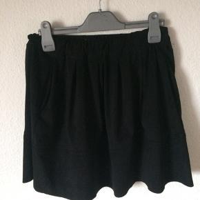 Moves by minimum - nederdel med lommer Str. 36 Næsten som ny Farve: sort (imiteret ruskind) Lavet af: 100% polyester Style: Kia skirt Mål: Livvidde: fra 70 cm til 100 cm hele vejen rundt (har elastik i livet) Længde: 44 cm Køber betaler Porto!  >ER ÅBEN FOR BUD<  •Se også mine andre annoncer•  BYTTER IKKE!
