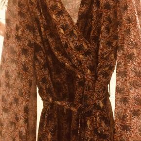 Kilky Paris kjole. Brugt et par gange, som ny. Efterårsfarver+guld, ret flot med bindebånd.  Handler via køb nu 🎈