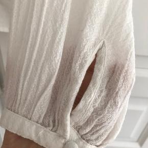 Rigtig fin offwhite Soaked in Luxury skjorte med flæser sælges.  Brugt meget lidt. Sender gerne. Køber betaler porto.