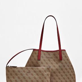 Guess Skulder taske Vikky Large Shopper Logo. Col.Brow/Red. Taskeformen kan ændres. Magnet Lukning. 2 tasker i en. Super fin taske.