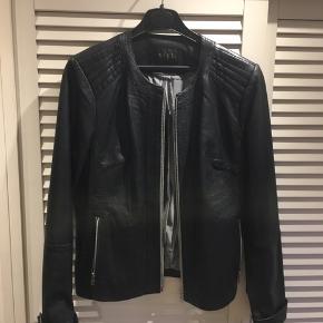 Mega lækker jakke i kalveskind fra SAKI. Fejler absolut intet og sælges til en enormt god pris.