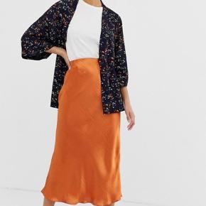 Fineste kimono fra Moves. M/L, men lille i størrelsen. Bindebåndet er syet fast bagpå, hvilket er en virkelig rar detalje, så det ikke bliver væk. Brugt 3-4 gange.