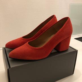 Super smuk sko, i ruskind fra Bianco i rust rød. Brugt 2 gange - ingen tegn på slid. Original æske haves.