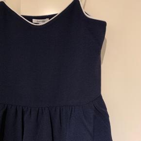 Meget fin kjole fra Ganni, man kan evt have en t-shirt inden under. Nu hvor det er ved at blive køligere. Slidser i begge sider.  Aldrig brugt, nypris er 1000 kr