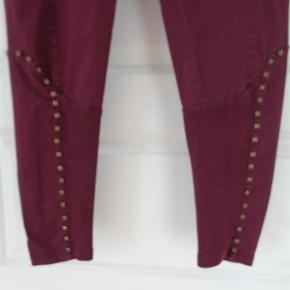 Varetype: bukser Farve: Bordeaux Oprindelig købspris: 599 kr.  flotte bukser med lækre detaljer. Matriale 98% bomuld, 2 % Elasthane Bukserne er brugt 1 gang / vasket 1 gang  Livvidden: 2 x 43 cm