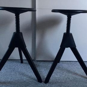 Møbeldesigner Konstantin Grcic designede Tom og Jerry barstolene til Magis, som en del af Wild Bunch-kollektionen. Designet er en moderne og karakteristisk version af den klassiske værkstol. Det er 2 stk. Tom barstole som sælges. De er justerbar i højden. flotte i sortbejset bøg - lidt brugsspor, ikke slemt (+ den ene mangler 1 enkelt skrue) Størrelse: ca. H50 - 66 x Ø48 cm Materialer sortbejset bøg & polypropylen Nypris ca. 6000 kr. - TILBUD NEDSAT TIL 2400 kr  ( sendes ikke, kan hentes på Djursland, tæt på Tirstrup)  *Handel kan foregå kontant, via TS, bankkonto & Mobilepay