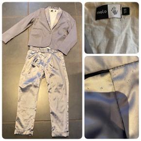 Sødt sølv jakkesæt til den lille pige, satin buks og satin kant på jakken❤️ Den er brugt og har små løbere i buksen men ikke noget af betydning☀️ Str 128 100kr pp