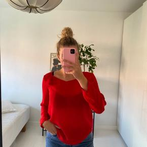 Sælger denne fine skjorte fra ZARA i størrelse L. Perfekt til en nederdel eller et par jeans. Denne fine røde farve gør det muligt at skjorten kan bruges til alle årstider.