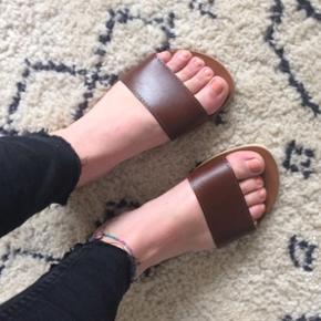 Lækre sandaler med cognac farvet rem, fremstår ubrugt i str. 38 Kom med et bud ✌🏼  Husk også at se mine andre annoncer, og få en god pris ved køb af flere ting😁🐒