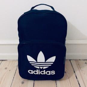 Navy blå adidas rygsæk med go plads til en com   Yderst 100% polyester Inderst 100% polyurethan for