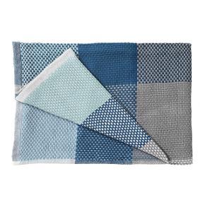 """Håndvævet tæppe  100% bomuld  Højde: 0,5 cm, Dybde: 180 cm, Længde: 130 cm  Købspris 700kr MP 300kr pp Simon Key Bertman har designet Loom tæppet for Muuto. Tæppet er i håndvævet bomuld og gør det dejligt og hyggeligt at slappe af derhjemme.  Med sine dynamiske geometriske mønstre og de harmoniske farvesammensætninger vækker Muutos Loom tæppe enhver sofa til live. Loom tæppet står for blødhed, farverige strukturer og håndværk – vævet sammen i ét enkelt tæppe. Tæppet fra Muuto fås også i andre farver på bestilling.  Designer Simon Key Bertman fortæller om sit Loom tæppe: """"Det har altid fascineret mig at lege med former og farver og på denne måde skabe nogle dynamiske geometriske mønstre. Bag Loom gemmer sig et nøje udvalgt mønster, der blev bragt i en perfekt orden, men stadig virker tilfældigt. Tæppet fra Muuto er håndvævet og i det blødeste bomuld. Væveteknikken og farvesammensætningen skaber en let og luftig struktur – udtrykket ændrer sig, alt efter hvordan tæppet foldes sammen.""""  Standardvask ved 30 °C Standardvask ved 30 °C Må ikke tørretumbles Må ikke tørretumbles  Må ikke stryges Må ikke stryges Må ikke renses Må ikke renses"""