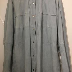Varetype: Læderjakke Størrelse: 44 Farve: Lys Blå,  Mintgrøn Oprindelig købspris: 2400 kr.  Mads Nørgaard - Skjorte Samixa