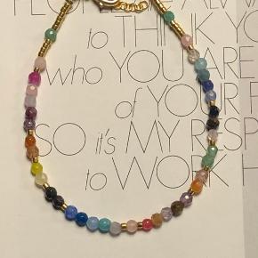 Smukkeste armbånd og kæde i de skønneste rainbow farver. Helt unikke så ingen er helt ens.  Armbånd 300.-  Kæde 450.-   Hele sættet til 600.-   Fragtfri ved køb over 400.-