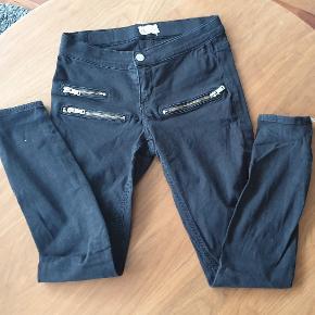 Perfect Jeans fra Gina Tricot med lynlås ved anklen. Brugt men i fin stand 👌