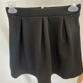 Super sød nederdel fra H&M i sort med fine struktur i stoffer.   Str. 34