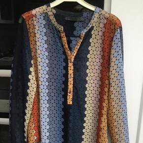 Lækker skjorte med gode efterårsfarver. Er brugt en del, men fejler intet. Prisen er + porto. Se også mine andre annoncer.
