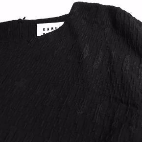 Mega billigt😊  Flot, elegant sort kjole Karen by Simonsen med flotte detaljer og en lynlås på ryggen, pænere i virkeligheden.  Karen by Simonsen størrelse 44 men passer til 42.  Hvis du er interreseret i den sort kjole fra Karen by Simonsen sender jeg gerne nøjagtige mål og flere fotos. Oprydningssalg, tages ikke retur, pris plus fragt.  Prada heels og Masai bluse følger ikke med men kan tilkøbes . Mængderabat gives, se også mine tasker, sko og tøjtilbud 😊    #30dayssellout