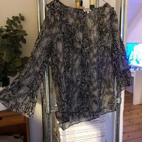 Smuk Dea Kudibal bluse i silke. Nypris 1500,-