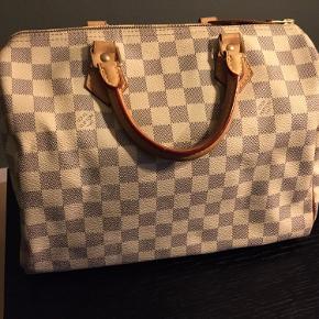 Ægte Louis Vuitton beige Speedy Damier Azur 25  Længde: 30 cm Dybde: 20 cm  Dette er en taske jeg har fået i gave og som jeg aldrig har brugt (og ej heller vil få brugt da stilen ikke passer mig) Tasken har stået i mit skab, hvilket jeg syntes er ærgerligt, hvis en anden kan få glæde af den.   Tasken er købt i LV i Stuttgart.  Desværre har jeg ikke kvittering og æske men garanterer for ægtheden.   Kom gerne med et (realistisk) bud :)