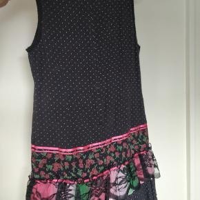 Brugt få gange. Sød sort kjole med pinke detaljer.