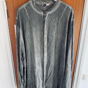 Longfit skjorte  Lang skjorte i mega komfi materiale sælges da jeg ikke længere bruger den