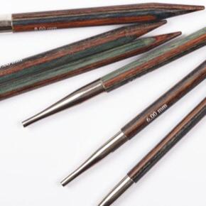 DROPS Pro ROMANCE skiftbart deluxe rundpindesæt i birketræ sælges. Super godt at strikke med. Det fejler intet, kun brugt til et mindre strikkeprojekt. Sælges kun fordi jeg har købt mig et nyt sæt :-)   Medfølger:  Pinde  i str 3,5 - 8mm 4 wires (1x 60cm, 2x 80cm og 1x 100cm)  4x stoppere 4x cable keys Vejledning 2x plastik etui til opbevaring  Nypris: 550kr MP: 490kr  BYD!