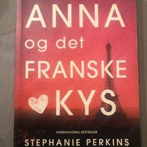"""""""Anna og det franske kys"""" Super god bog alle burde læse. Læst 2 gange. Sælges da den ikke længere benyttes"""