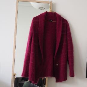 Størrelse er S da den var L men blev mindre i vask. Derfor er den også godt men brugt stand. Fejler ikke noget.  Blød og behagelig trøje passende til hygge og efterår.  Meget flot dark dark magenta farve. Ser lidt pink ud i lyset.  Tags: cardiga, angora, behaglig, sweater, blød, fluffy, Perle knap, warm