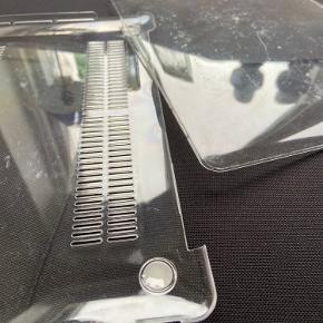 Transparent Macbook Pro 2020 13' model case. Det er kun brugt 1-2 gange men opdagede der var nogle ridser i det, men det virker super godt. Byd gerne.