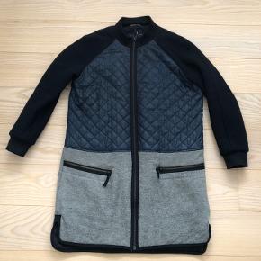Sælger denne fine jakke fra Day Birger et Mikkelsen. Den er i str. 42. Den har slid men kan stadig bruges og er rigtig fin. Kan hentes i Aarhus eller sendes (køber betaler Porto)