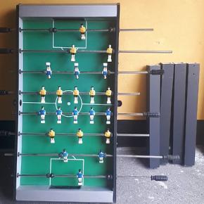 Sælger vores gamle bordfodboldspil da vi ikke får det brugt mere :) Det er blevet en anelse personliggjort da navnene på de bedste danske fodboldspillere er skrevet på ryggen af dem (se billede) Kan hentes i Brøndby 😊