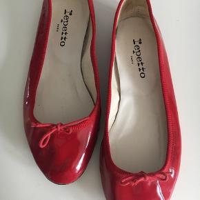 Rød lak ballerina. Str 39, små i størrelsen. Brugt få gange. Lædersål.