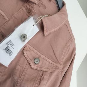 Helt ny, smuk cowboyjakke fra Cream str. 36 Ny med mærke Nypris 700,00 kr.