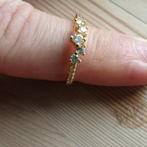 Smuk forgyldt ring med små sten. Helt ny  Str 53