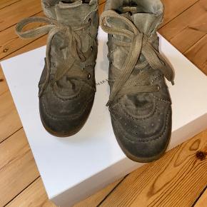 Sælger min isabel marent støvler da jeg ikke for dem brugt mere. Det fremstår som brugt og er den slidte da de er blevet brugt meget til byen i en periode. Der er et hul i sålen inden i skoen med mærkes ikke når man har dem på. Dette er også grunden til den billige pris   Skriv for mere info :)  Sendes med DAO eller afhentes på Frederiksberg